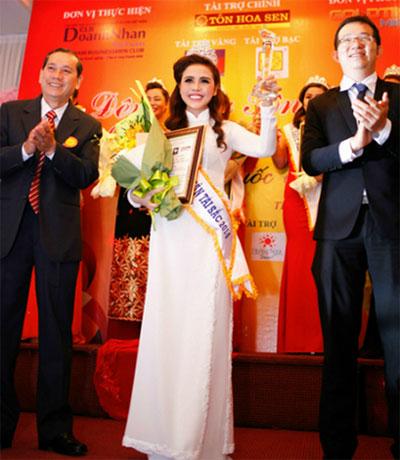 Doanh nhân Mã Đào Ngọc Bích vinh dự được Câu lạc bộ Doanh nhân Việt Nam bình chọn và trao giải Hoa khôi Doanh nhân tài sắc 2014.