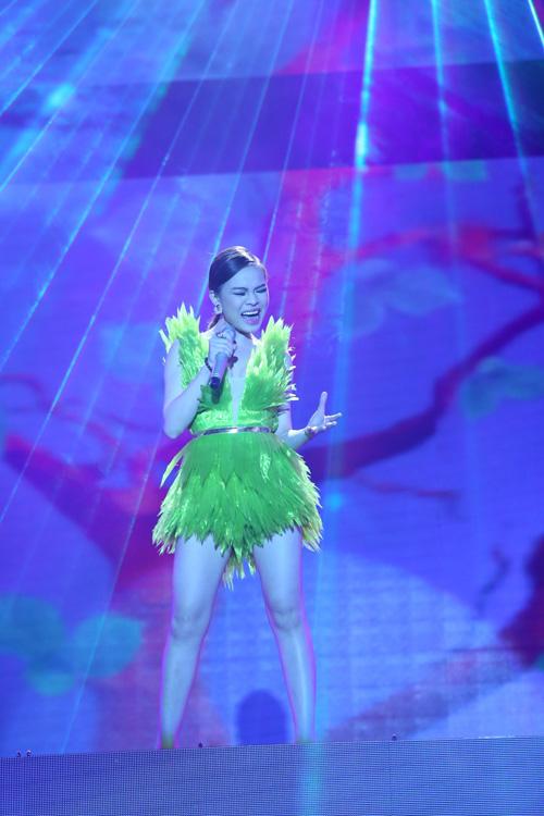 Đội Giang Hồng Ngọc trình bày ca khúc