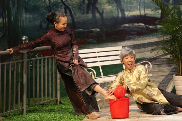 Sau nhiều lần lời qua tiếng lại, Trấn Thành phải rửa chân, rót nước cho chủ nợ.