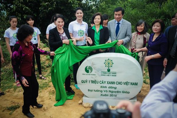 Hoa hậu Ngọc Hân cùng bà Nguyễn Thị Kim Ngân(bên trái)- Phó chủ tịch Quốc hội và bà Bùi Thị Hương (bên phải hoa hậu)- Giám đốc điều hành Vinamilk, đại diện đơn vị khởi xướng Quỹ một triệu cây xanh cho Việt Nam cùng đặt phiến đá lưu niệm nơi con đường dẫn vào khu mộ Đại tướng.