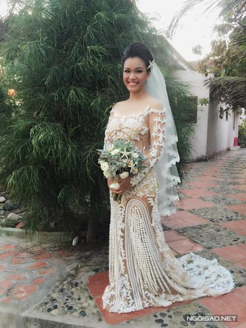 Váy cưới xuyên thấu gợi cảm của sao Việt