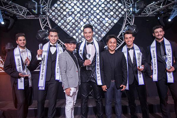 Stylist Trịnh Tú Trung là giám đốc quốc gia của cuộc thi Mister Global. Anh chụp ảnh cùng giám đốc cuộc thi Mister Global, Pradit Pradinunt