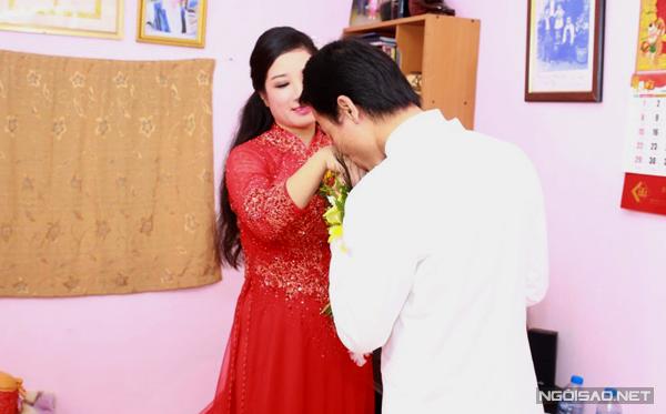 Khi lên gác đón Thanh Thanh Hiền, anh nhẹ nhàng hôn lên tay vợ.