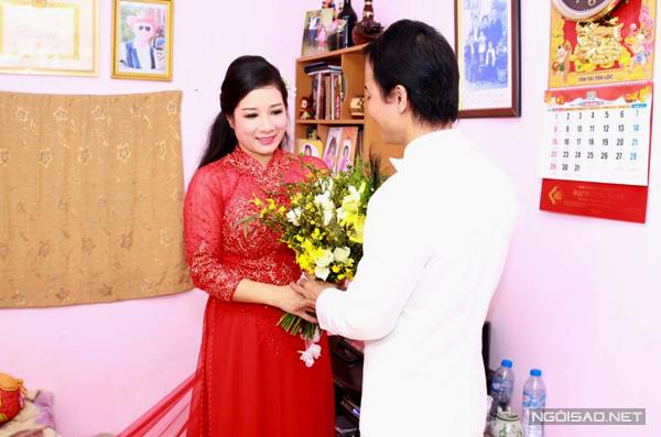 Khoảng 8h30, con trai Chế Linh đã có mặt ở nhà cô dâu ở phố Nguyễn Trãi.