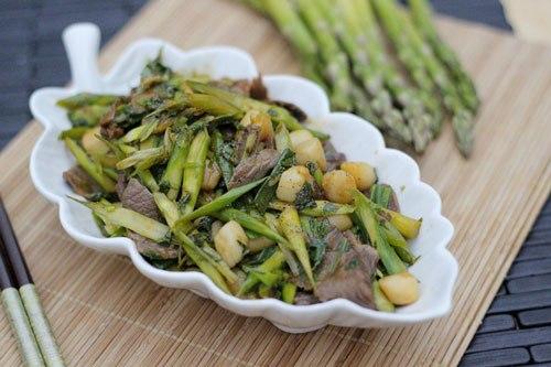 Món xào đơn giản với măng tây giòn, thịt bò ngọt mềm và cồi sò điệp thơm ngon.