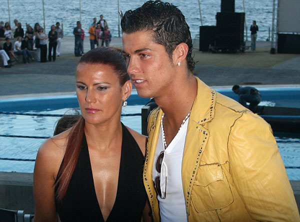 C. Ronaldo bên chị gái Elma