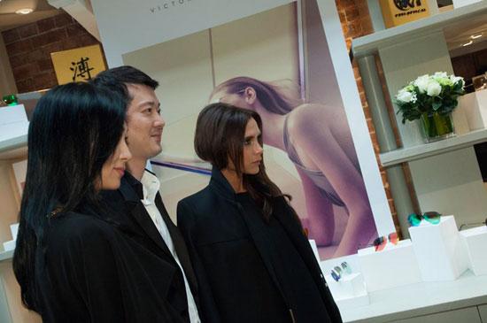 Nhà thiết kế thời trang kiêu kỳ, lạnh lùng bên các cộng sự người Trung Quốc.