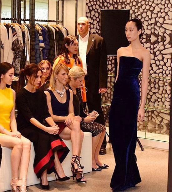 Bà mẹ bốn con trong một buổi giới thiệu bộ sưu tập thời trang tại Bắc Kinh.