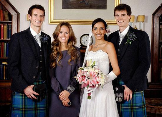 Murray làm phù rể trong đám cưới anh trai năm 2010 tại khách sạn mà anh sẽ tổ chức hôn lễ tháng tới.