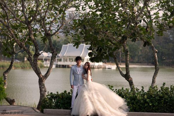Một ngày trước đám cưới, Y Năng Tịnh chia sẻ bộ ảnh lãng mạn cô và hôn phu chụp tại Thái Lan. Ngày mai 20/3, đám cưới của cặp đôi sẽ diễn ra