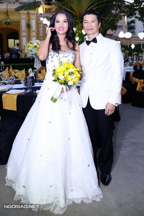 Cô dâu Bebe Phạm diện hai váy cưới đính đá