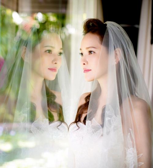 Vẻ đẹp ngày cưới trẻ như thiếu nữ của ca sĩ 46 tuổi