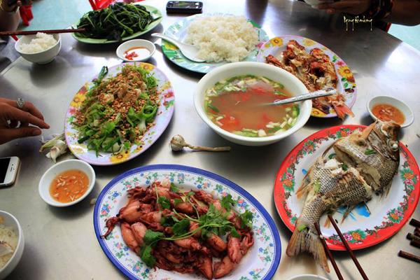 Một bữa cơm toàn các món đặc sản như nộm tỏi, mực xào, cá