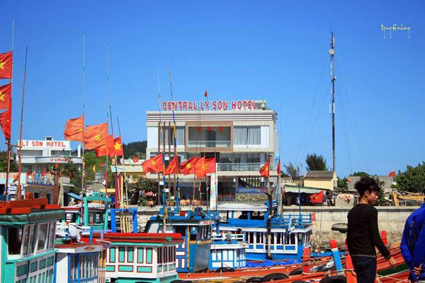 Diện mạo Lý Sơn nhìn từ phía cầu cảng.