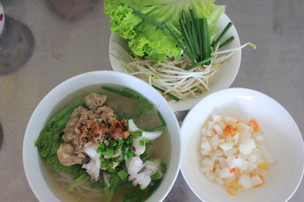 Món ăn kích thích vị giác bởi mùi thơm đặc trưng cùng vị ngọt đậm đà từ nước lèo nấu từ xương và các loại hải sản.