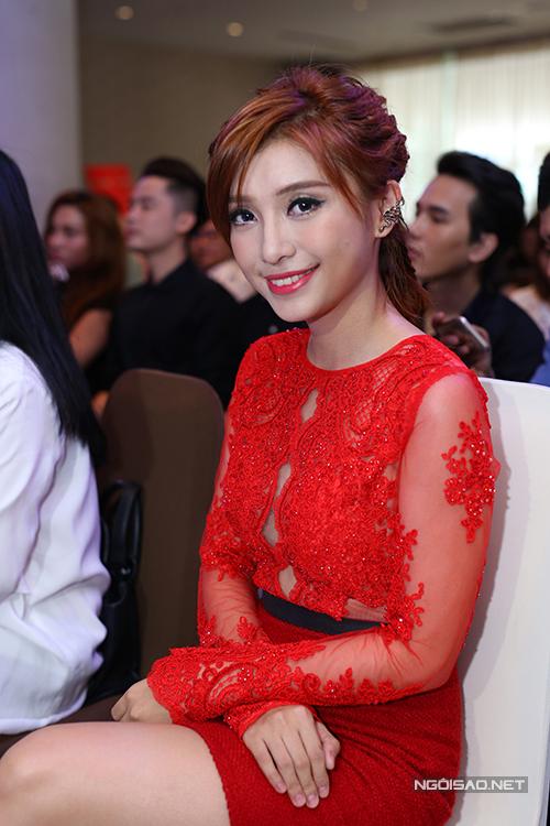 Tiêu Châu Như Quỳnh bày tỏ, cô hâm mộ sự đam mê nghề nghiệp và luôn cống hiến hết mình của Phương Uyên.