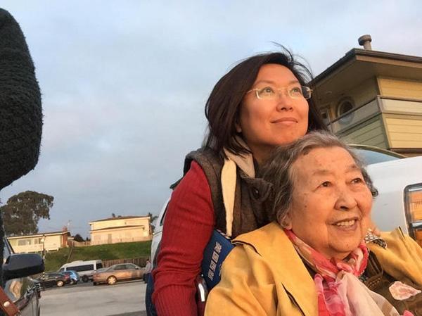 An Rong, 42 tuổi, và người mẹ hiện 87 tuổi của mình bắt đầu chuyến du lịch vòng quanh thế giới từ năm 2009. Cô là con út trong gia đình. Ngoài hai mẹ con cô, chị gái và cháu gái cô cũng tham gia hành trình này. Theo Shanghaiist, mẹ của An Rong bị tai nạn và bắt đầu có biểu hiện bị trầm cảm. Tình hình sức khỏe ngày một kém cũng khiến bà phải ngồi trên xe lăn để đi lại.