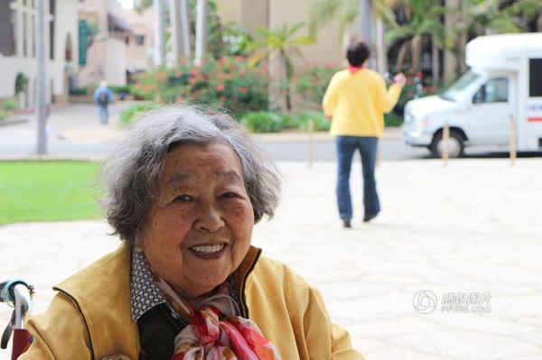 """""""Đã 9 năm kể từ lần đầu mẹ đi máy bay. Lần này, mẹ tôi cười tươi và không còn sợ hãi nữa"""", An Rong nói.   Sau khi đến thăm hơn 10 đất nước, hiện tại tình hình sức khỏe của bà đã tốt lên trông thấy. Ngoài ra, bà cũng dùng hết 5 chiếc xe lăn trong hành trình du lịch thế giới của mình."""