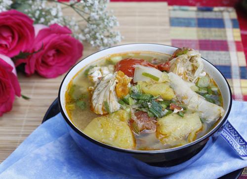 Bát canh ngọt mát với vịt ngọt tự nhiên của ghẹ, được nấu với măng chua, dứa và cà chua, có thể dùng kèm với cơm hoặc bún đều ngon.