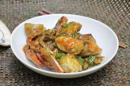 Từng miếng ghẹ thơm ngon, bên ngoài quyện một lớp sốt đậm đà, có thể làm món nhắm hoặc ăn với cơm đều ngon.