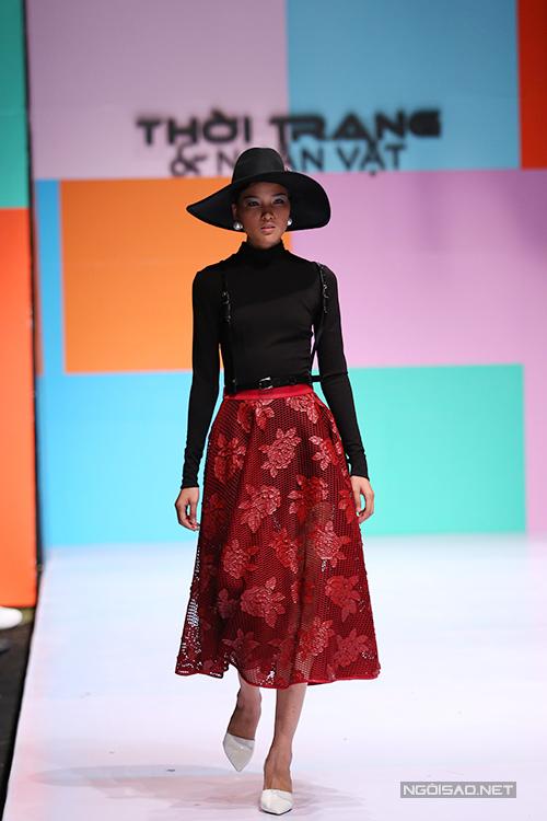 Vẫn là 3 tông màu trắng, đỏ, đen quen thuộc, nhưng cách xử lí chất liệu sáng tạo và tinh tế của nhà thiết kế trẻ đã mang đến làn gió tươi mới cho thời trang xuân hè 2015.
