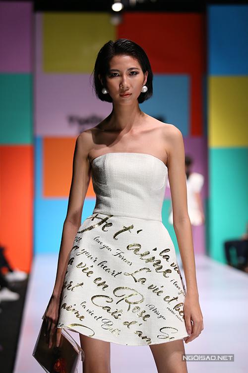 Hoạ tiết trên các mẫu váy được thực hiện bởi những công nghệ tiên tiến như : in ấn kĩ thuật số, cắt laze, kỹ thuật in nhũ vàng và phối hợp cùng kỹ thuật thêu, đính kết thủ công