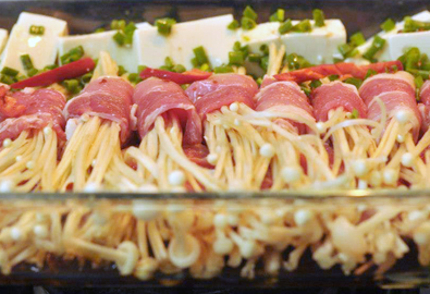 Bò cuộn nấm kim châm và đậu non rưới xì dầu
