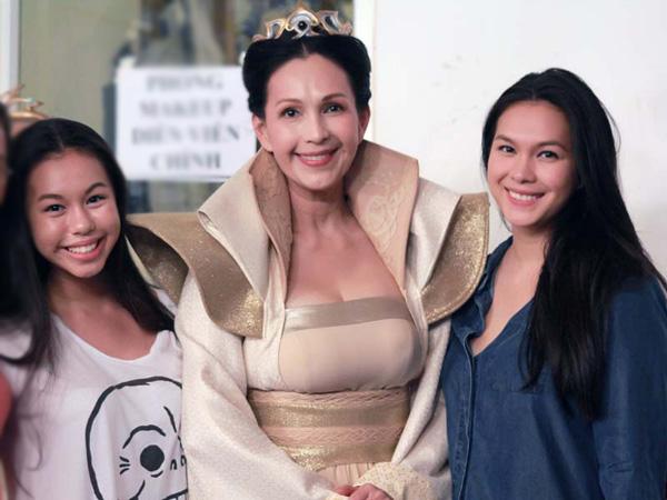 [CaptionThùy My (phải) năm nay 19 tuổi, có nhiều nét giống mẹ. Cô thừa hưởng nụ cười, ánh mắt và gương mặt phúc hậu từ người mẹ nổi tiếng.