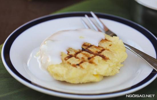 Chiếc bánh được nướng chín vàng ươm tỏa hương thơm nức, ăn kèm là nước cốt dừa béo ngậy càng làm tăng thêm sức hấp dẫn cho món ăn.