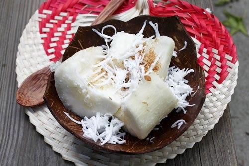 Vị béo ngậy của nước cốt dừa và sắn ăn bùi bùi, bên trên phủ vừng, lạc và dừa bào sợi.