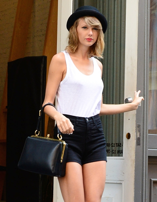 The-Many-Bags-of-Taylor-Swift-9039-4155-