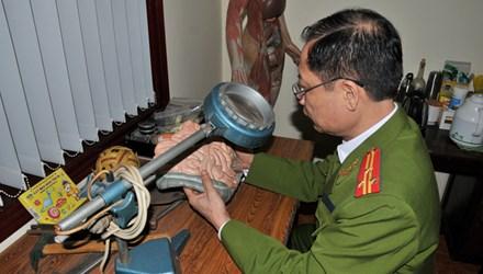 Thượng tá Trần Ngọc Sơn giới thiệu kỹ thuật khám nghiệm pháp y. Ảnh: Tuấn Nguyễn