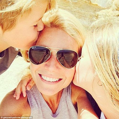 Nữ diễn viên chia sẻ hình ảnh hạnh phúc bên hai con