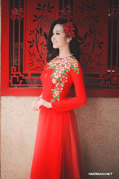 Áo dài cưới vẽ hoa đẹp dịu dàng, bay bổng