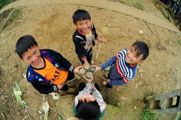 Những em bé người Mông hồn nhiên và cuộc sống lao động chăm chỉ vui vẻ của đồng bào.