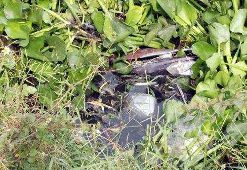 Chiếc xe tay ga của nam thanh niên nằm dưới kênh nước. Ảnh: An Nhơn