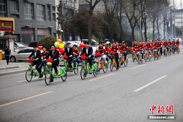 Chú rể Zhang Yalong bảnh bao dẫn đầu đoàn xe đạp đi đón cô dâu vào ngày cưới hôm 31/3 tại thành phố Tây An, tỉnh Thiểm Tây.