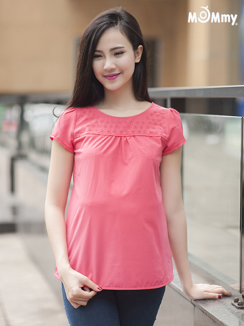 Mẹ bầu ngọt ngào và cuốn hút với áo sơ mi hồng cánh sen điệu đà (mã AV146 giá 350.000 đồng).