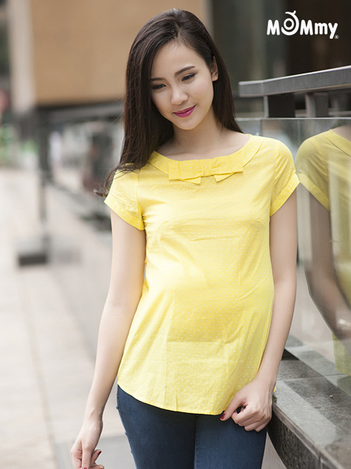 Mẹ bầu thanh lịch và nổi bật với áo sơ mi màu vàng thư (Av145 giá 350.000 đồng).