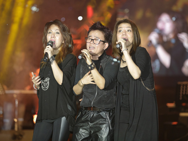 Phương Uyên đã mời 2 em gái lên sân khấu để thể hiện ca khúc Mẹ yêu  ca khúc đã từng làm nên tên tuổi của 3 Con Mèo một thời. Sau 15 năm, Mẹ yêu của 3 Con Mèo vẫn ngọt ngào, tình cảm như xưa và nhận được rất nhiều sự cổ vũ từ khán giả.