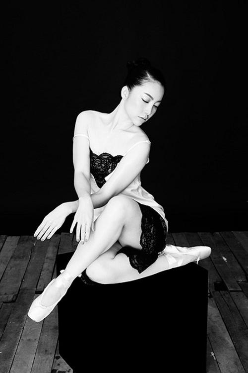 """Diễn viên múa Linh Nga khoe tạo hình duyên dáng và uyển chuyển trong mẫu """"váy ngủ"""" được thiết kế trên chất liệu lụa tơ tằm trắng phối ren đen đầy gợi cảm."""