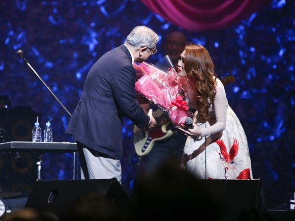 [Caption]Đã có rất đông khán giả đến theo dõi chương trình ở sân khấu của Đài truyền hình quốc gia Nhật Bản NHK tại Osaka.  80% khán giả là người Nhật đến thưởng thức đêm nhạc đặc biệt với sự kết hợp lần đầu tiên của Mỹ Tâm và Oshio Kotaro.Kết thúc concert Nhật này, Mỹ Tâm sẽ trở về Việt Nam và toàn tâm toàn ý chuẩn bị cho showcase ra mắt DVD live concert Heartbeat vào ngày 22.4 và 26.4.