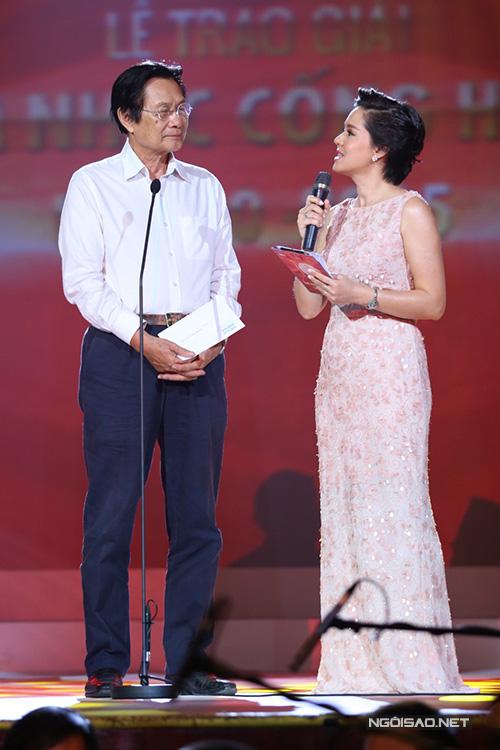 Nhạc sĩ Dương Thụ lên sân khấu trao giải 'Nghệ sĩ mới'. Dương Thụ chia sẻ, nghệ sĩ trẻ nên biết yêu bản thân để tạo sự khác biệt thì mới thành công.