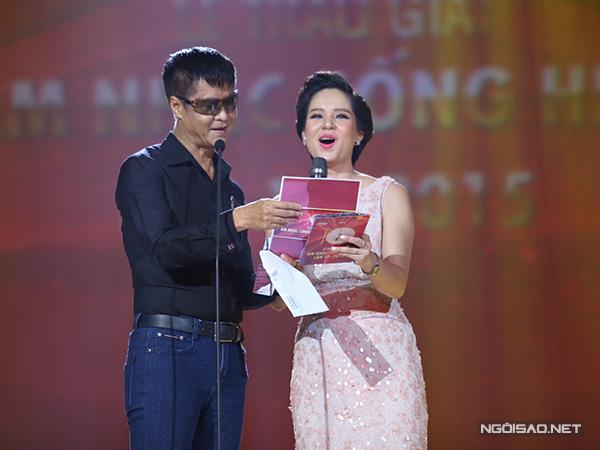 Lê Hoàng trao giải 'Chương trình của năm'. Anh có 10 định nghĩa về chương trình âm nhạc khiến khán giả bật cười thích thú.