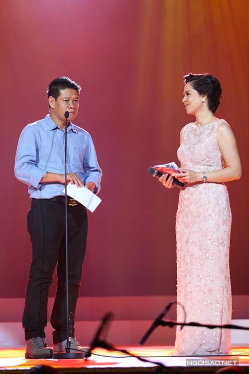 Nhạc sĩ Võ Thiện Thanh lên trao giải 'Bài hát của năm'. Anh từng hai lần đoạt giải 'Nhạc sĩ của năm' của giải Cống hiến.