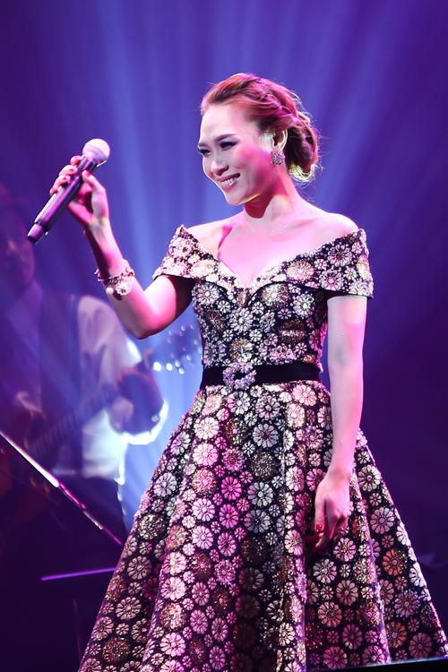[Caption]Kết chương trình, Mỹ Tâm thể hiện ca khúc Ước gì và cô rất bất ngờ trước tình cảm mà khán giả dành cho mình. Rất nhiều khán giả có mặt đã thuộc và hát theo giọng ca Việt Nam.