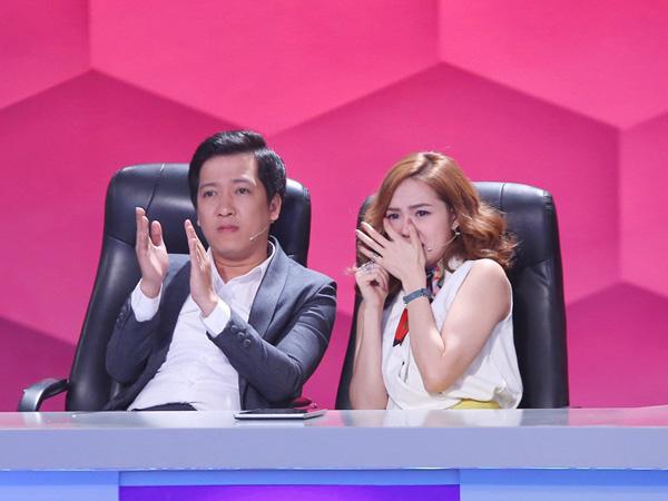 [Caption]Minh Hằng không giấu được vẻ hoảng sợ, cô nàng la hét và tựa vào Trường Giang lúc theo dõi phần trình diễn này.