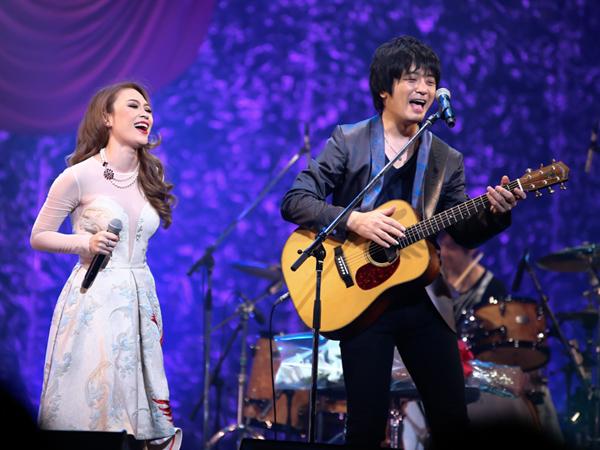 [Caption]Trong khi đó, Oshio Kotaro lại hát tiếng Việt và bè giúp Mỹ Tâm khi cô thể hiện ca khúc Họa mi tóc nâu bên cạnh việc đệm guitar. Cả hai đã có những tiết mục kết hợp ăn ý đọng lại nhiều cảm xúc cho khán giả Nhật Bản.
