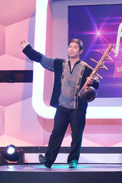 [Caption]người bí ẩn. Anh giới thiệu là Mai Thanh Sơn, giảng viên khoa Âm nhạc dân tộc của Nhạc viện TP HCM. choi dan đinh goong
