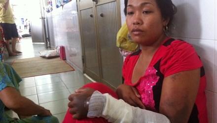 Chị Nhung kể lại vụ việc với phóng viên.